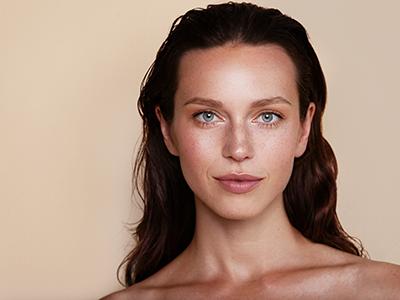 Femme avec une belle peau hydratée